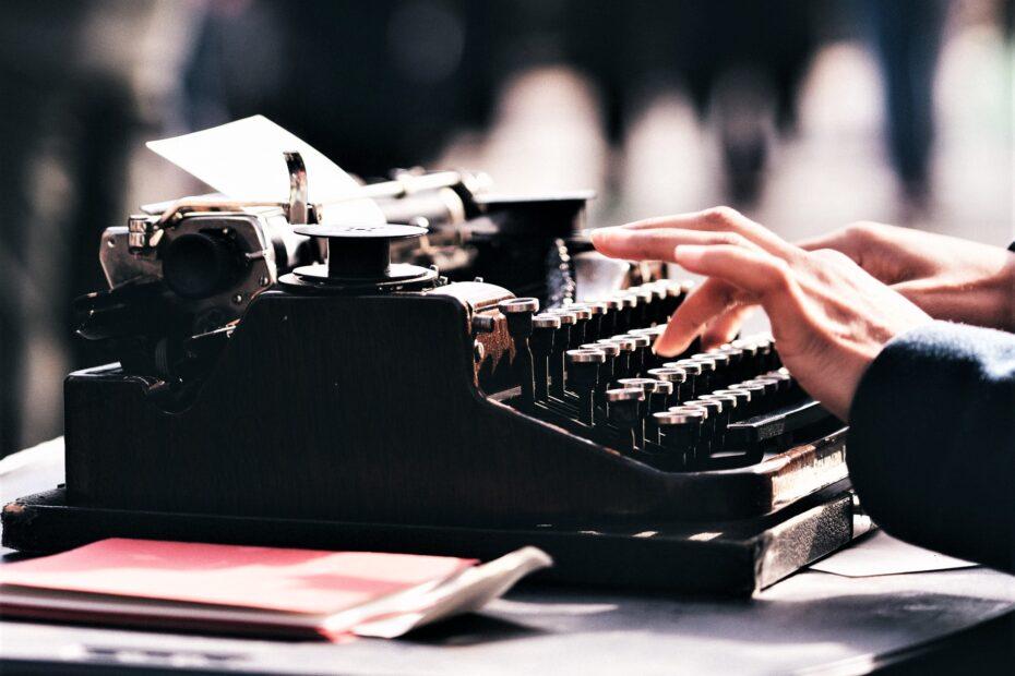 Hände auf Schreibmaschine